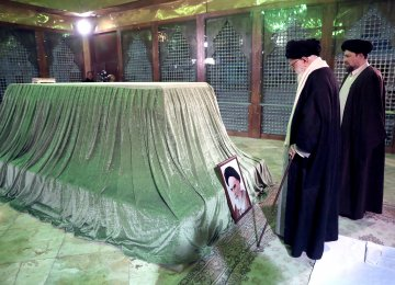 Leader of Iran, Top Officials Pay Tribute to Imam Khomeini