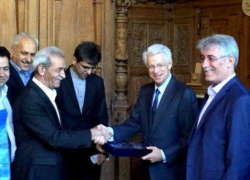 President of Iran Chamber of Commerce, Industries, Mines and Agriculture, Gholam-Hossein Shafeie (L) shaking hands with Chairman of Paris Ile-de-France regional Chamber of Commerce and Industry Didier Kling in the French capital on Monday.