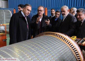 Iraqi Minister Tours MAPNA, Signs Deal With Tavanir