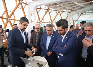 Mohammad Javad Azari-Jahromi (2nd R) during his visit to the University of Tehran's Science and Technology Park on June 10.
