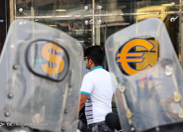 Tehran Market: Euro and USD Keep Climbing