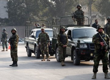 Gunmen Kill 4 Officers in Pakistan