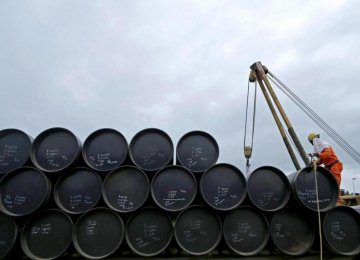 Initial Oil Deals With  Europe Reach 300,000 bpd