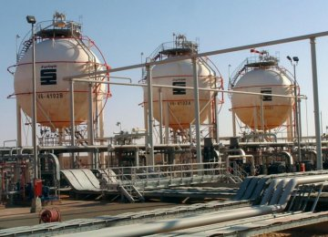 Tehran, Algiers Discuss Oil Price Slide
