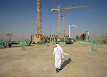 Saudis Delay Contractor Payments Amid Oil Slump
