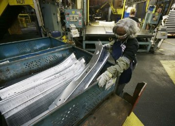 Industrial Output Fall Lowers Odds of US Growth