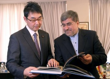 Abe's Advisor, Minister Call for Closer Bonds