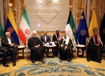 President Hassan Rouhani (L) met Kuwaiti Emir Sheikh Sabah  al-Ahmad al-Sabah in Kuwait City on Feb. 15.