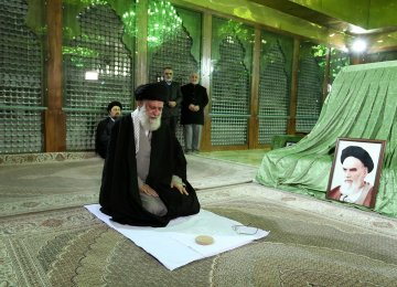 Leader Pays Tribute to Imam Khomeini