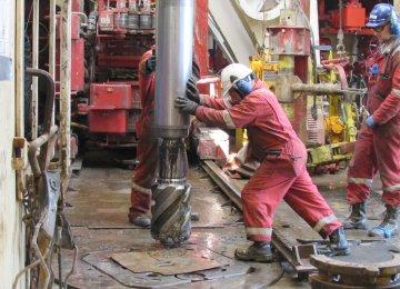 Oil Rises on Weaker Dollar