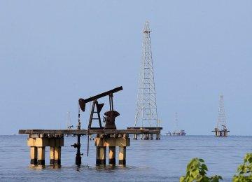 Oil Falls on Swelling US Stockpiles