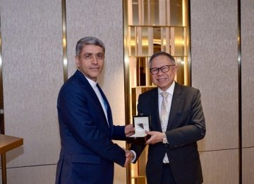Ali Tayyebnia (L) receives Singapore's prestigious prize on Feb.1.