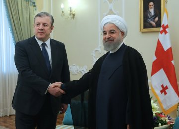Georgian Prime Minister Giorgi Kvirikashvili (L) shakes hands with President Hassan Rouhani in Tehran on April 22.