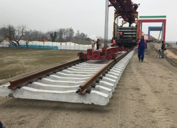 Tracks for more than 5 kilometers of Iranian railroads are laid on a daily basis.