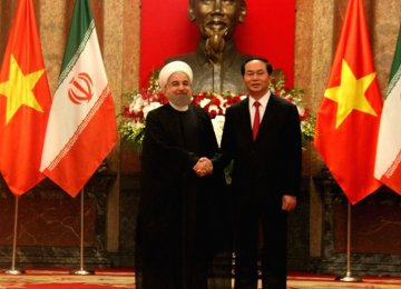 Iranian President Hassan Rouhani (L) met with Vietnamese President Tran Dai Quang in Hanoi in October 2016. (File Photo)