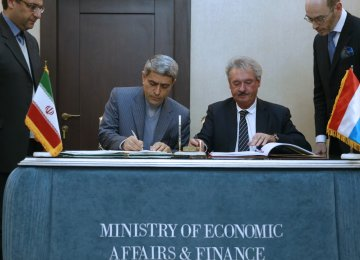 Ali Tayyebnia (L) and Jean Asselborn signed an agreement for promoting mutual support for investment at the Economy Ministry Headquarters in Tehran.