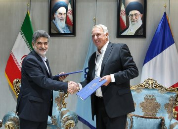 The agreement was signed by Mehdi Nekoumanesh (L), head of IPPI, and President of UCAPLAST Denis Vaillant on Tuesday.