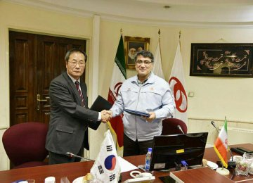 The deal was signed by the director of SAIPA's subsidiary Mega Motor Co. Mohammadreza Sheikh-Attar (R) and CEO of Hyundai PowerTech Hae-Jin Kim  on Oct. 28 in Tehran