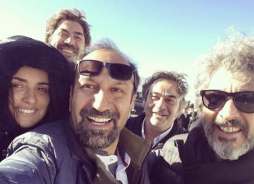 From left: Penélope Cruz, Javier Bardem, Asghar Farhadi, Eduard Fernández and Ricardo Darín after completing the filming of 'Everybody Knows' in Spain.