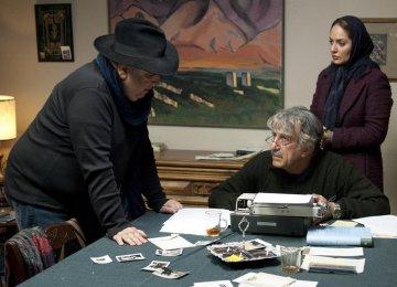 Director Bahman Farmanara (L) guiding actors Reza Kianian (C) and Mahnaz Afshar, behind the scene of 'I Want To'.