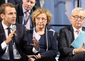 Emmanuel Macron (L), French Labor Minister Muriel Penicaud (C) and Jean-Claude Juncker.