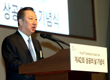 Park Yong-maan, chairman of the Korea Chamber of Commerce and Industry, called on the government to ease regulations.