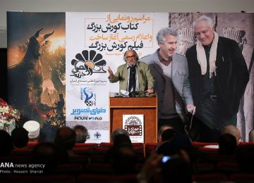Dariush Arjmand at the ceremony. In the background, the late Ali Moallem (R) and Masoud Jafari-Jozani are seen in the poster of the project.