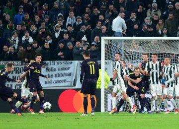 Christian Eriksen scores Tottenham's equalizer against Juventus.