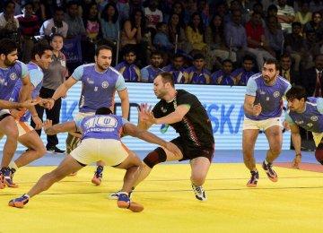 India team surrounding an Iranian player.