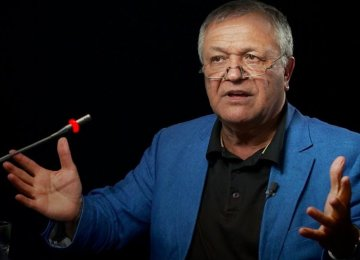 Economist Massarrat Introduces New Book in Persian