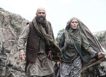 Hossein Yari (L) and Mahtab Keramati in the movie