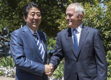 Japanese Prime Minister Shinzo Abe (L) and Australian Prime Minister Malcom Turnbull meet in Sydney on Jan. 14.