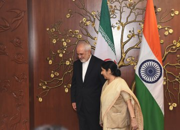 Iran's Foreign Minister Mohammad Javad Zarif (L) met with Indian Minister of External Affairs Sushma Swaraj in New Delhi on May 28. (file Photo)