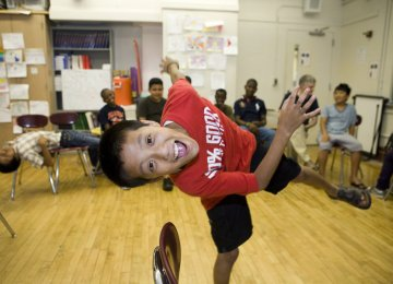 Drama therapy recognizes body, emotions and their expression in a theatrical framework with self-produced plays.