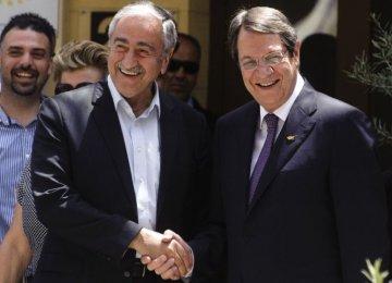 Greek Cypriot President Nicos Anastasiades (R)  and Turkish Cypriot leader Mustafa Akinci meet  on June 2, 2016. (File Photo)