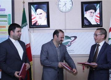 Chief executives of Iran Fara Bourse and Tehran Stock Exchange Amir Hamouni (L) and Hassan Qalibaf-Asl (C) respectively attended the signing ceremony in Tehran on Nov. 22.