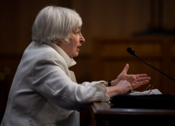 Yellen Cites Dangers in Delayed Rate Hike