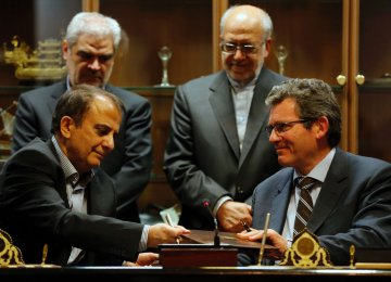 Deputy of France's Peugeot Citroen Jean-Christophe Quemard (R) and Hashem Yekezare, the CEO of industrial group Iran Khodro, after signing a €400 million joint venture in Tehran on June 21, 2016. (File Photo)