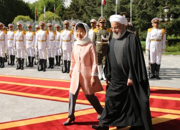 South Korean President Park Geun-hye (L) was welcomed by her Iranian counterpart Hassan Rouhani in Tehran's Sa'dabad Palace on May 2, 2016. (File Photo)