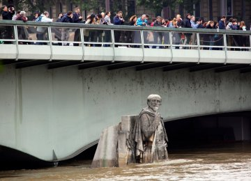 Seine at 30-Year High as Galleries Close