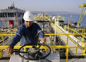 Brent Falls as Iran Firm on Higher Production, Exports