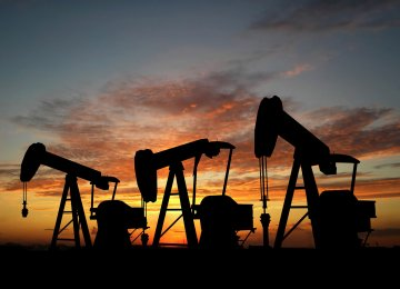 Oil Falls on Surprise Build in US Crude Stocks
