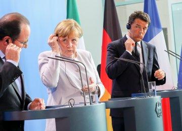 (L to R) Francois Hollande, Angela Merkel and Matteo Renzi attend a press conference.