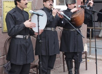 Ashiks performing in Tabriz, East Azarbaijan Province