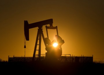 Crude Headed for First Weekly Gain in 3 Weeks