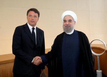 Hasan Rouhani (R) and Italian Prime Minister Matteo Renzi