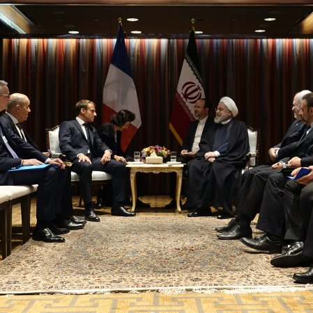 Rouhani, Macron Explore Ways to Deescalate Tensions