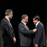 Alireza Bakhtiari, founder of Donya-e-Eqtesad media group (which also publishes Financial Tribune), receives the Amin al-Zarb award.
