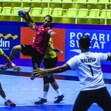Mohammed Jomepour (2nd L) from Iran against Malaysia