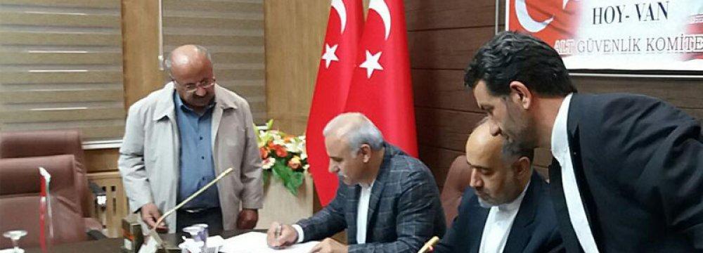 Iran's Khoy, Turkey's Van Sign Economic Agreement
